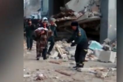 Спасение младенца под завалами в Магнитогорске попало на видео