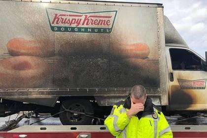 Полицейские в Кентукки приуныли до слез от вида сгоревшего грузовика с пончиками