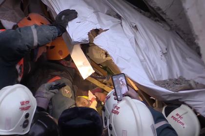 Спасатели обнаружили среди обломков подъезда в Магнитогорске погибшего ребенка