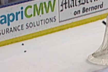 Хоккеист совершил бросок и расколол шайбу пополам
