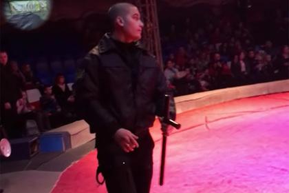 Артистов российского шапито заковали в наручники во время представления