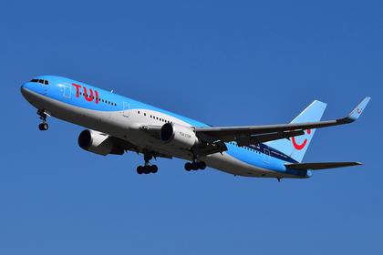 Авиакомпания вынудила пассажиров провести весь полет на полу