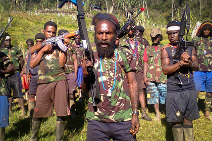 Папуасы веками воевали луками и копьями. Автоматы превратили их жизнь в кошмар