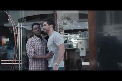 Gillette обругали за рекламу с помогающими друг другу мужчинами