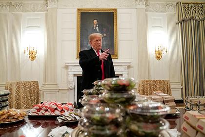 Угощающий бургерами Трамп разлетелся на мемы
