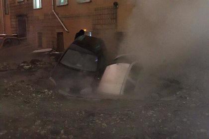 Несколько автомобилей провалились в яму с кипятком