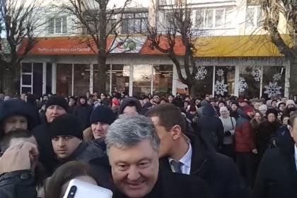 Порошенко выбил телефон из рук украинца