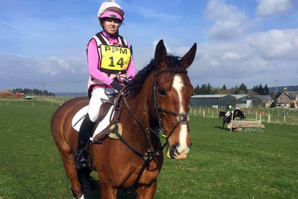 Лошадь погибла на скаку и погубила молодую наездницу