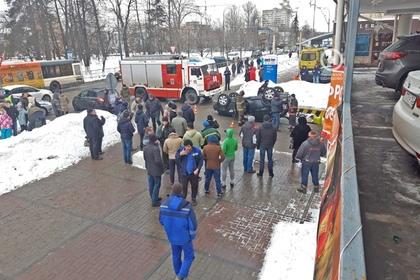 Падение внедорожника с третьего этажа парковки в Подмосковье попало на видео