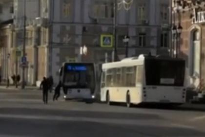 Водитель попытался руками остановить автобус в Ростове-на-Дону