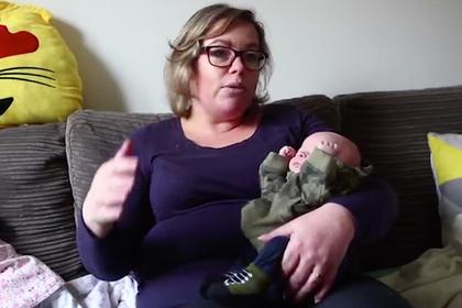 Женщина забеременела дважды за неделю и родила тройню