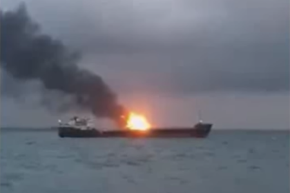 Два парохода после взрыва загорелись в Керченском проливе