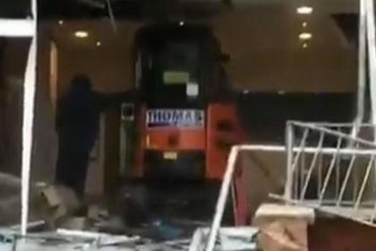 Обманутый рабочий заехал на экскаваторе в построенный им отель и разрушил его