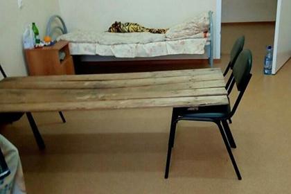 Российского главврача накажут за койки из стульев и досок
