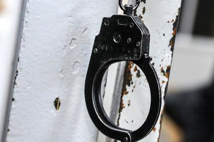 Закованного полицейскими россиянина освободили с помощью болгарки