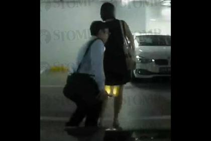 Извращенец тайно заглядывал под женскую юбку и попался