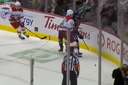 Канадский хоккеист 30 метров гнался за россиянином и напал на него