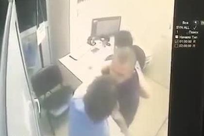 Россиянин устал ждать раненую подругу в больнице и проломил стену врачом