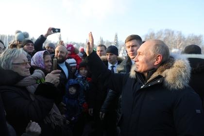 Путин отодвинул охранника ради рукопожатий с петербуржцами photo