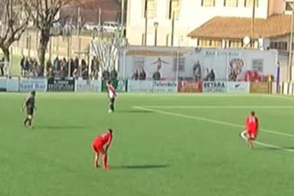 Вратарь забил рукой и напал на отменившего гол судью photo