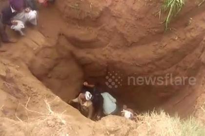 Упавшего в 20-метровую скважину двухлетнего мальчика спасли photo