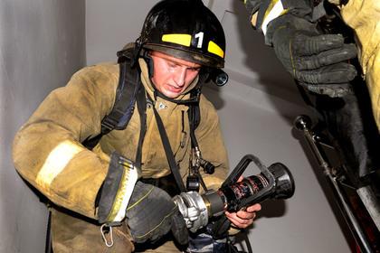 В Кизляре огонь полностью охватил трехэтажный торговый центр photo