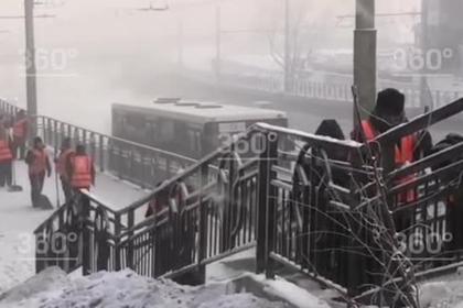 В Сибири зеков заставили убирать улицы в 36-градусный мороз