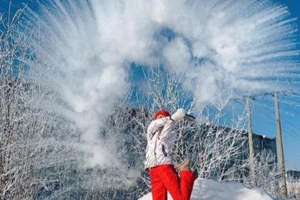 Эффектно замерзающий на морозе кипяток подтолкнул россиян к новому флешмобу
