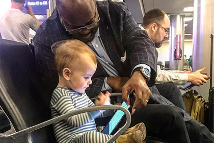 Чернокожий мужчина порезвился с младенцем в аэропорту и шокировал отца