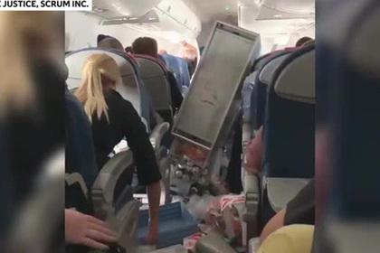 Мощная турбулентность отправила пассажиров в больницу и разгромила салон лайнера