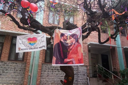Студенты развесили презервативы во славу «сексуальной богини» и разъярили девушек