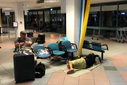 Авиакомпания заставила семьи с детьми ночевать на полу и разъярила пассажиров