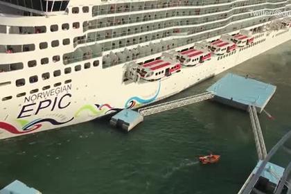 Круизный лайнер снес часть причала и шокировал пассажиров