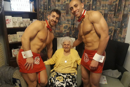 Голые официанты пришли на день рождения 100-летней бабушки