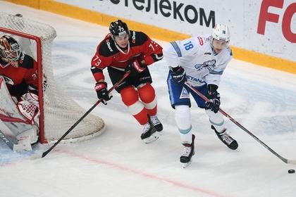 Игрок КХЛ в кровь разбил лицо сопернику и отправил его в нокаут