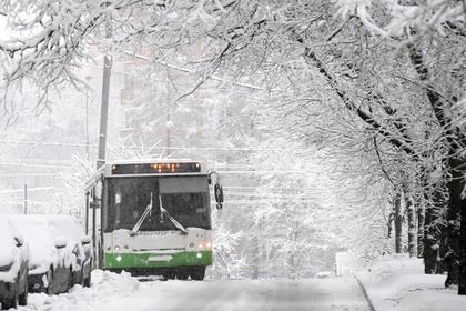 Российская пенсионерка обругала девочку и сломала ей руку в автобусе