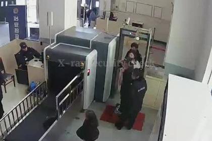 Пробравшаяся в вокзальный рентген девочка попала на видео