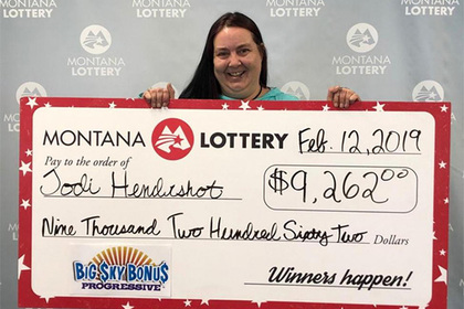 Женщина выиграла джекпот в лотерее вслед за братом и подругой