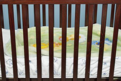 Россиянка посадила своего ребенка-инвалида в клетку