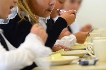 Увидевшим белые щупальца в школьном супе детям запретили телефоны
