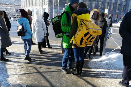 Пойманных за объятиями российских курьеров одарят поездкой в Париж