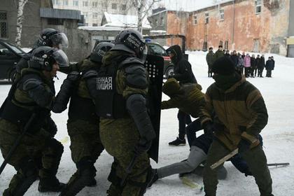 Российских школьников научили подавлять митинги
