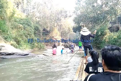 Игривый слон раскидал сплавлявшихся по реке туристов