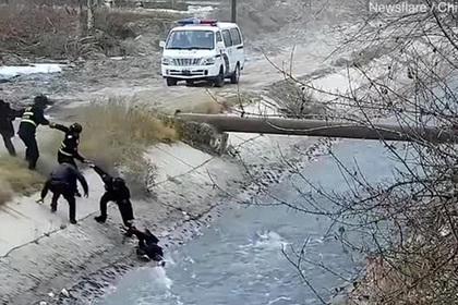 Спасение тонущего ребенка из бурлящей реки попало на видео