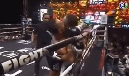 Тайский боксер вошел в клинч и поцеловал соперника