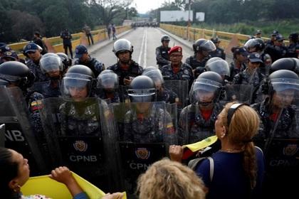 Военные массово сбежали от Мадуро