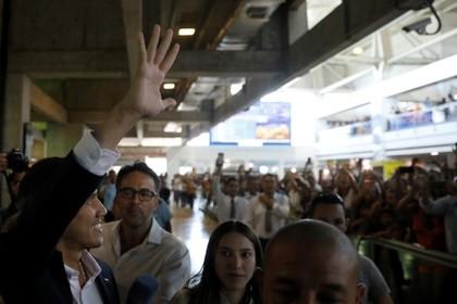 Гуайдо вернулся в Венесуэлу и позвал на митинги