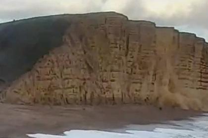 Обрушение скалы на гулявших по пляжу туристов попало на видео