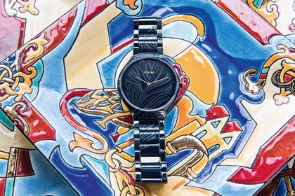 Русская художница украсила часы пером