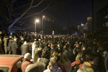 Президент Сербии вырвался из окружения и пожелал протестующим всего наилучшего